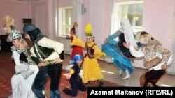 Участники ансамбля «Каражорга» исполняют танец каражорга. Атырау, 21 сентября 2010 года.