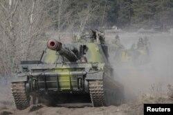 """Украина тоже проводит военные учения на границе с Россией, они называются """"Весенний ливень"""". Это фото сделано в Харьковской области"""