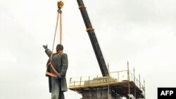 Демонтаж памятника Ленину в городе Запорожье