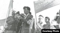 Гражданский активист, поэт Мунайдар Балмолда читает свои стихи на митинге против празднования юбилея Уральского казачества. Уральск, 14 сентября 1991 года.