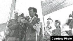 Орал казактарының жиынына қарсы митингіде өлең оқып тұрған азаматтық белсенді, ақын Мұңайдар Балмолда. Орал, 14 қыркүйек 1991 жыл.