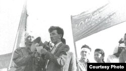 Поэт Мунайдар Балмолда читает свои стихи на митинге против празднования юбилея Уральского казачества. Уральск, 14 сентября 1991 года.