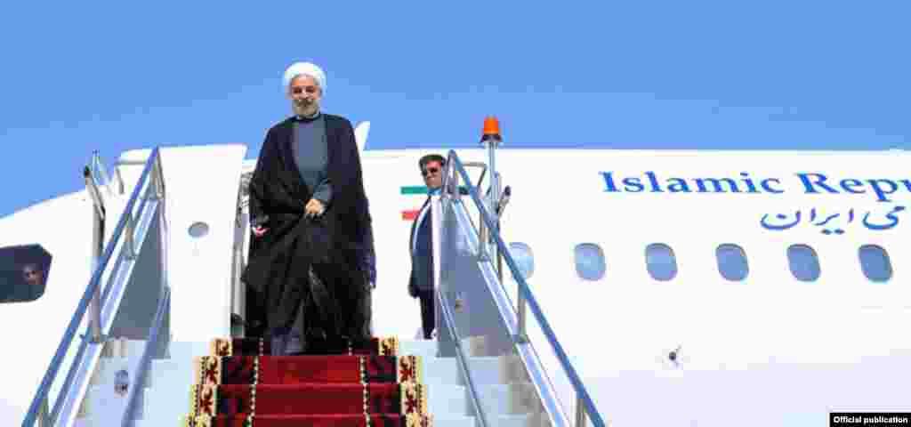 Одним из первых в Бишкеке приземлился президентский лайнер главы иранского государства
