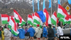 Runners take part in a multiday relay with the Tajik flag.
