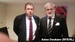 Андрей Илларионов и Ахмед Закаев после подписания совместного заявления