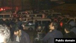 عکسی که گفته می شود از حضور نیروهای انتظامی در محل حادثه در شبکه های اجتماعی منتشر شده است.