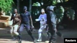 Заложников выводят из отеля в Бамако