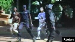 Вызваленыя закладнікі выбягаюць з гатэлю Радысан у Бамако