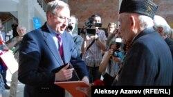 Посол США в Казахстане Джордж А. Крол во время торжественного открытия фотовыставки «Одна победа» лично поздравлял ветеранов фронта и тыла. Алматы, 6 мая 2015 года.