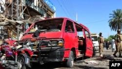 Пакистандын Шабкадар шаарындагы жанкечти террорчулар жардырган жай. 2011-жылдын 13-майы. AFP.