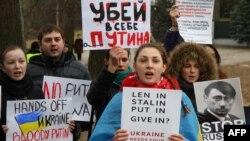 Протест проти російської агресії в Україні біля посольства Росії у Литві. Вільнюс, 2014 рік