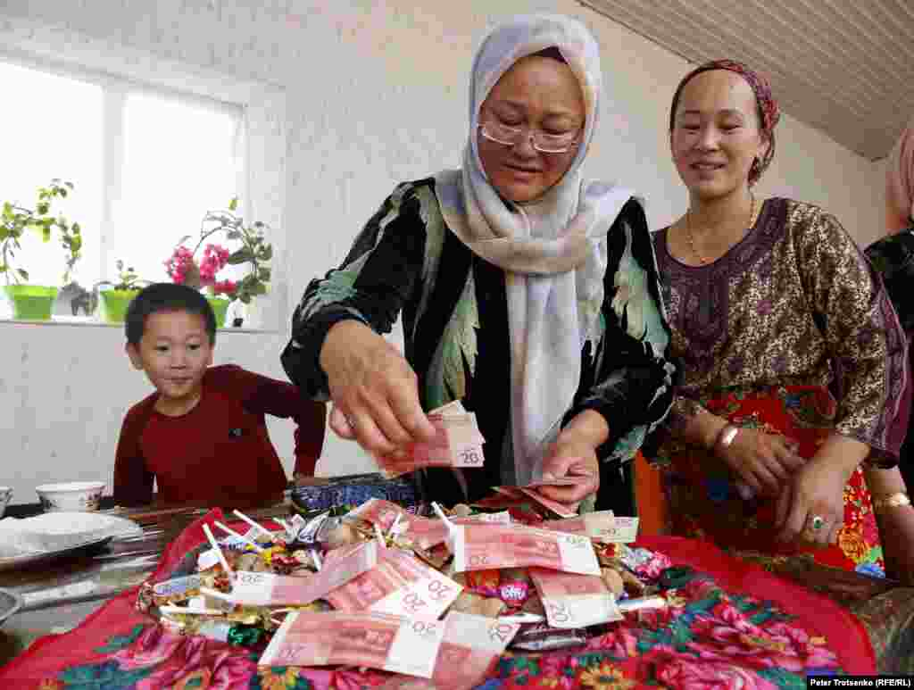 For the Dungan shashu (a ritual during which guests are showered with money and sweets) Kazakh currency tenge is not used. Instead Kyrgyz currency som is used, due to close proximity to Kyrgyzstan. This shashu was held at the bride's house the day before the main wedding celebration.