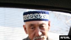Пожилой человек просит милостыню. Алматы, 31 марта 2008 года.
