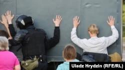 Puşkin metro stansiýasynda, 10-njy awgustda adam ölen ýerinde, ýogalan adamy hormatlamak üçin gül goýmaga gelen birnäçe adam tussag edildi.