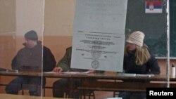Serbët e veriut të Kosovës duke votuar...
