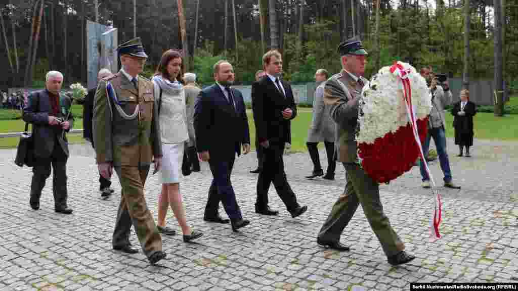 Польская варта несет венок к украинскому мемориала жертв политических репрессий