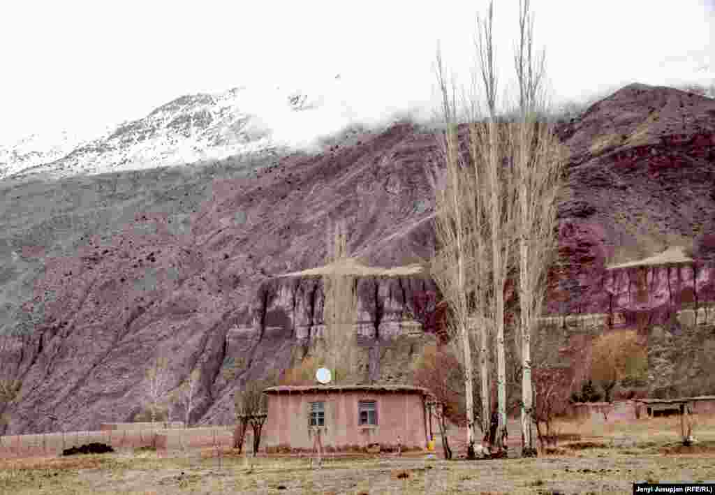 A view of Salim's house, where he lives with his wife. He grows potatoes and takes them to Shaar-Tuz to sell. It's an excuse to visit his family in his town of his birth. He studied in a Kyrgyz school in Shaar-Tuz and had many Uzbek friends who were also deported to the cotton plantation from the north of Tajikstan.