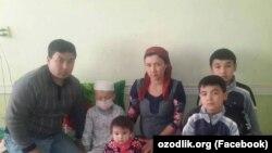 Хайитмурод вместе со своей семьей.