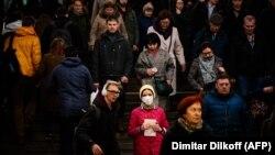 Žena sa zaštitnom maskom na moskovskoj metro stanici, 10. marta 2020.
