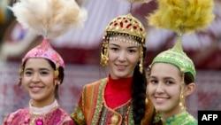 Казахские девушки на этнофестивале в национальных костюмах. Париж, 31 октября 2014 года.