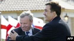 Для танго нужно.. иногда больше двух человек. Генсек НАТО и президент Грузии