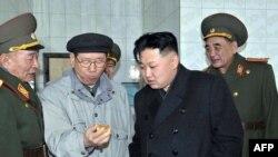 Ким Чен Ын (второй справа)