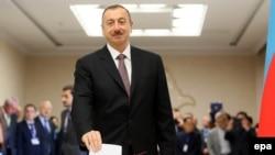 Әзербайжан президенті Ильхам Әлиев президент сайлауында дауыс беріп тұр. Баку, 9 қазан 2013 жыл.