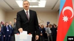 Діючий президент Азербайджану Ільгам Алієв голосує особисто на одній із виборчих дільниць в Баку, 9 жовтня 2013 року