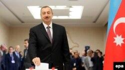 Әзербайжан президенті Ильхам Әлиев сайлауда дауыс беріп тұр. Баку, 9 қазан 2013 жыл.