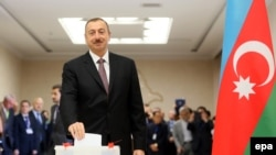 ПРезидент Азербайджана Ильхам Алиев на избирательном участке в Баку, 9 октября 2013 года.