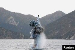 Испытание в КНДР баллистической ракеты подводного базирования, способной нести ядерный заряд. 24 апреля 2016 года