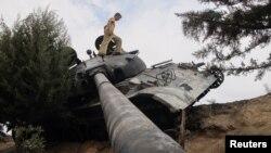 Танк сирийской армии, подбитый повстанцами
