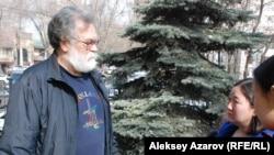 Руководитель «Зеленого спасения» Сергей Куратов комментирует журналистам решение суда по иску их организации против местных властей. Алматы, 11 марта 2016 года.