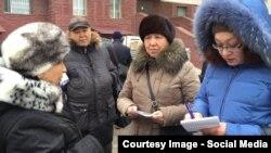 Фатима Жандосова (оң жақ шетте) мәслихат сайлауына кандидат ретінде сайлаушылармен жолығып тұр. Айжан Жанның Facebook-ке жариялаған суреті.