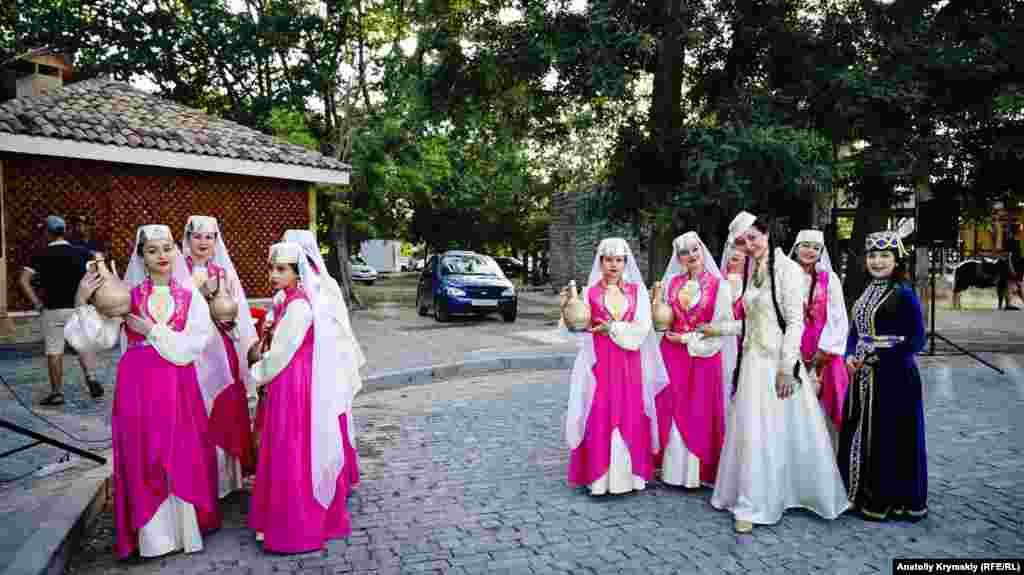 Крымскотатарский танцевальный ансамбль встречает экскурсантов у мечети Хан-Джами