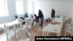 Sallë për ngrënie në një nga qendrat e azilkërkuesve në Kosovë.