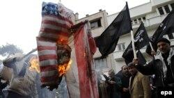 Иранцы жгут американские флаги перед зданием бывшего посольства США в Тегеране