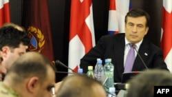 Президент Грузии Михаил Саакашвили совещается с военными в день начала натовских учений