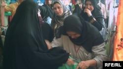 نساء يتبضعن في سوق بعقوبة