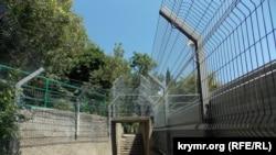 Забор у санатория «Черноморье»