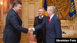Пет Кокс (п) і Александр Квасневський (ц) на зустрічі з президентом України Віктором Януковичем, 5 лютого 2013 року