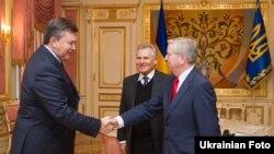Зустріч Президента України Віктора Януковича з колишнім Президентом Польщі Александром Квасневським та колишнім головою Європейського парламенту Патом Коксом, Київ, 5 лютого 2013 року
