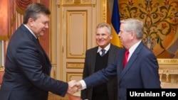 Президент України Віктор Янукович провів зустріч з колишнім Президентом Польщі Александром Кваснєвським та колишнім головою Європейського парламенту Патом Коксом, Київ, 5 лютого 2013 року