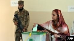 پاکستان کې یوه ښځه خپله رایه کاروي.