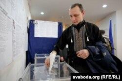 Громадянин України голосує на виборах у посольстві, Мінськ, 31 березня 2019 року