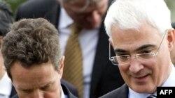 آلیستر دارلینگ (راست) و تیموتی گایتنر وزیران دارایی بریتانیا و ایالات متحده در حاشیه نشست گروه ۲۰ در سنت اندروز