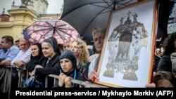 Верующие посещают богослужение во время открытия памятника митрополиту-архиепископу Украинской греко-католической церкви