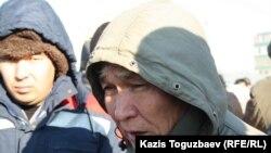 """Бывший рабочий компании """"Каражанбасмунай"""" Кожабай Жаутыков (справа), вышедший на центральную площадь города в знак солидарности с бастующими Жанаозена. Актау, 18 декабря 2011 года."""