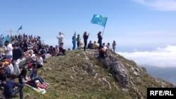 Крымские татары совершают восхождение в горах Крыма - в память депортированных в 1944 году