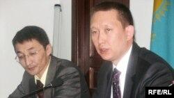 Нурлан Бейсекеев и Данияр Канафин, адвокаты Мухтара Джакишева. Алматы, 9 июня 2009 года.